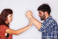人拳头的特写镜头由他的女朋友踌躇了 免版税库存图片