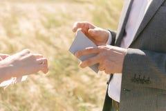 人拿着一张贺卡并且读它 免版税库存图片