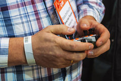 人拿着在机器人学商展的控制杆2016年 库存图片