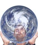 人拿着地球并且查寻 库存图片