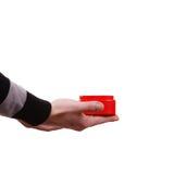 人拿着心形的礼物盒手中 免版税图库摄影