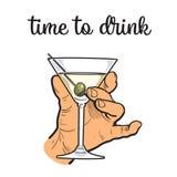 人拿着有透明酒精的一个葡萄酒杯 皇族释放例证