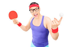 年轻人拿着球的和乒乓球击 免版税库存照片