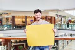 人拿着空的牌作为行销 库存照片