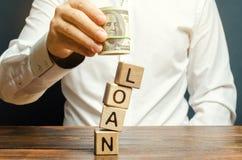 人拿着美元移交词贷款 支付贷款的概念安置 银行、商务和消费信贷 图库摄影