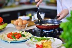 人拿着鸡蛋的` s手 鸡蛋白 厨师开始准备煎蛋卷 库存照片