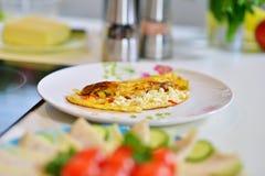 人拿着鸡蛋的` s手 鸡蛋白 厨师开始准备煎蛋卷 免版税图库摄影