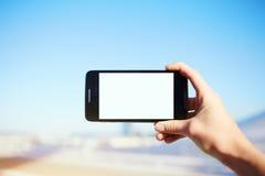 人持有桥梁的一个电话和被拍摄的观点 免版税库存图片