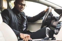 人按在汽车的按钮 音频音量控制的调整 库存照片