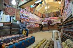 人换传统伊朗织品 免版税图库摄影
