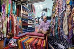 人换传统伊朗织品 库存照片