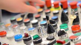 人掀动杠杆打开它 控制按钮盘区 影视素材