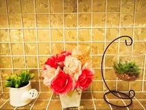 仙人掌和在金黄瓦片的花瓶上升了 免版税库存图片