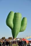 仙人掌被塑造的热空气气球采取飞行 库存图片