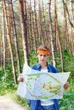年轻人探索地图 免版税库存照片