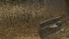 人推挤在震动机器平台的黏土状混合 股票视频