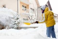 人推雪年轻人 图库摄影