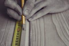 人措施使用测量的磁带的距离 免版税库存照片