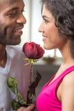 人提供上升了到他俏丽的女朋友 免版税图库摄影