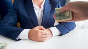 人提供的贿款特写镜头照片对腐败的政客的在办公室 库存图片