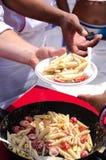 人提供的食物的现有量 图库摄影