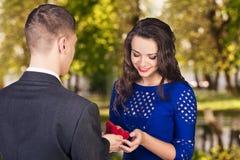 年轻人提出一个提案给他的女朋友 免版税库存图片