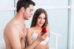 人提出一个提案给他的女朋友 免版税库存照片