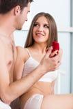 人提出一个提案给他的女朋友 库存图片