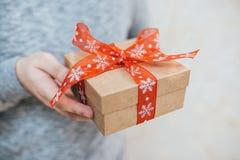 人提出一项圣诞节礼物 库存图片