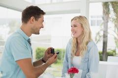 人提出婚姻对他白肤金发的女朋友 库存照片