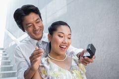 人提出婚姻对他的震惊女朋友 免版税库存图片