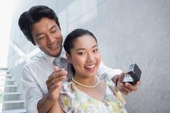 人提出婚姻对他的震惊女朋友 免版税库存照片