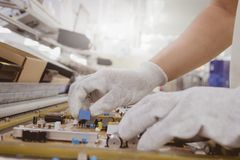 人插入物在PCB板的半导体零件的手 免版税库存照片