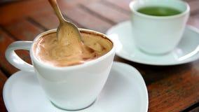 人搅动在杯子的咖啡 股票录像