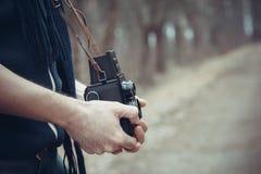 年轻人摄影师减速火箭的风格化照片有照相机的 免版税库存照片
