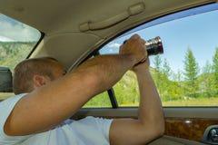 人摄影师旅行通过阿尔泰和举行在他的ha 库存照片