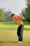 年轻人摇摆的高尔夫俱乐部 免版税图库摄影