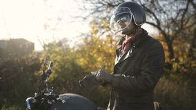 人摩托车骑士佩带盔甲和乘驾在他的摩托车 股票录像