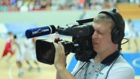 从人操作员的行动有对蓝球运动员的照相机的 影视素材