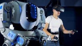 人操作有一个虚拟现实集合的一个机器人 虚拟现实赌博概念 影视素材