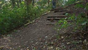 人攀登了小山并且敬佩 影视素材