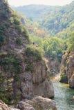 人攀登沿河Ardeche的一座山 免版税库存图片