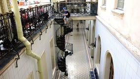 人攀登螺旋形楼梯对维帖布斯克火车站 股票视频