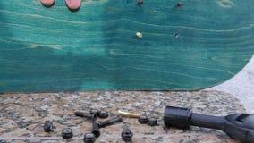 人收集在一个石壁架的一个滑板 影视素材