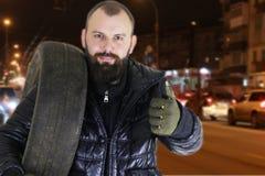 人改变的轮胎转动冬天 免版税库存图片