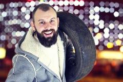 人改变的轮胎转动冬天 库存照片
