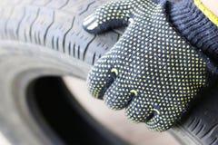 人改变的轮胎转动冬天 免版税库存照片
