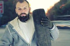 人改变的轮胎转动冬天 图库摄影
