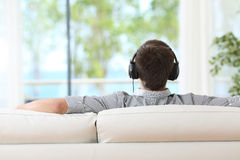 人放松的和听的音乐 免版税库存照片