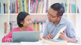 人教小女孩在图书馆里学习 股票视频